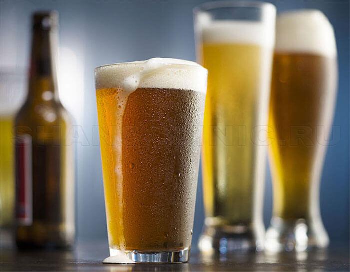 Бутылка пива и бокалы